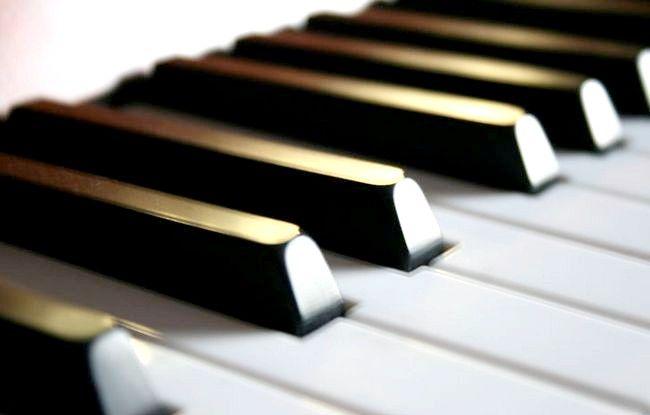 कुछ मिनटों में पियानो खेलने के लिए कैसे सीखें