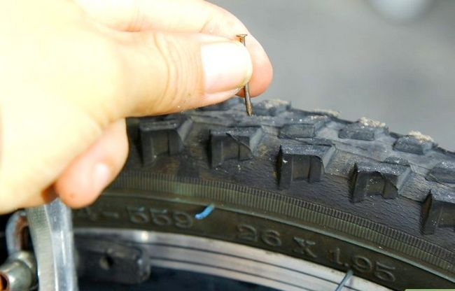 एक बाइक टायर चरण 1 में एक पंचर में मिलाया जाने वाला चित्र