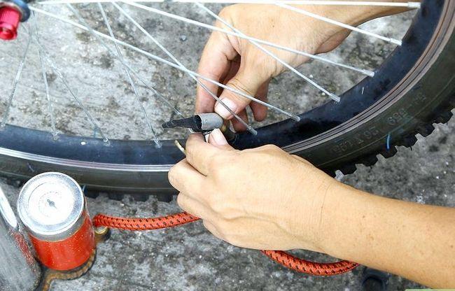 एक बाइक टायर चरण 16 में एक पंचर में सुधारित छवि