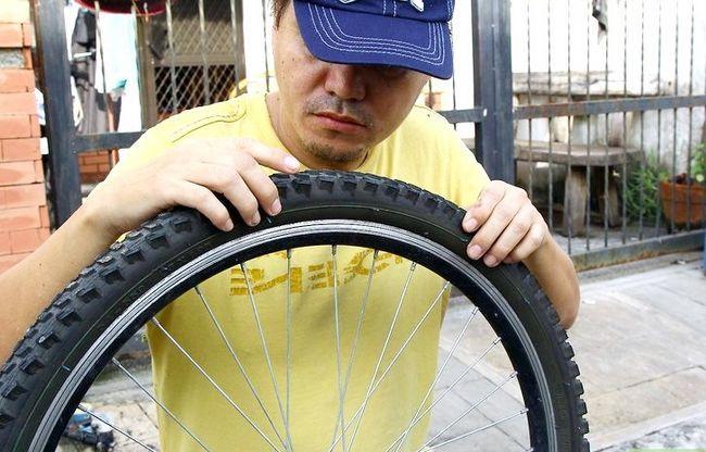 एक बाइक टायर चरण 3 में एक पंचर में सुधारित छवि