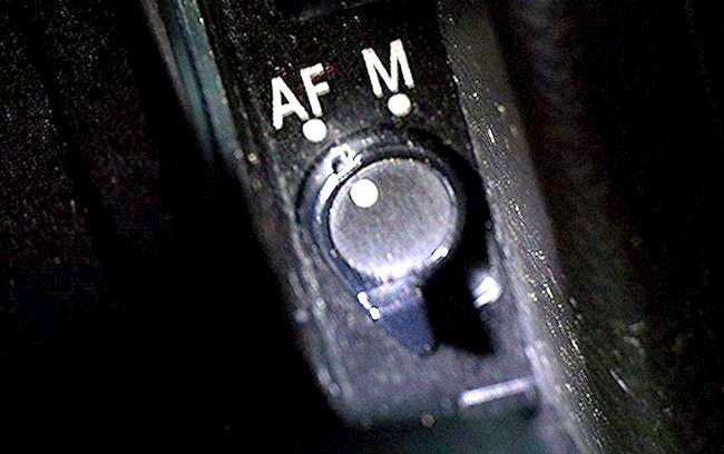 शीर्षक वाला छवि यदि आपके पास एएफ-एम स्विच है, वायुसेना पर स्विच करें, और उसके बाद मेन्यू में निरंतर सर्वो एएफ समायोजित करें